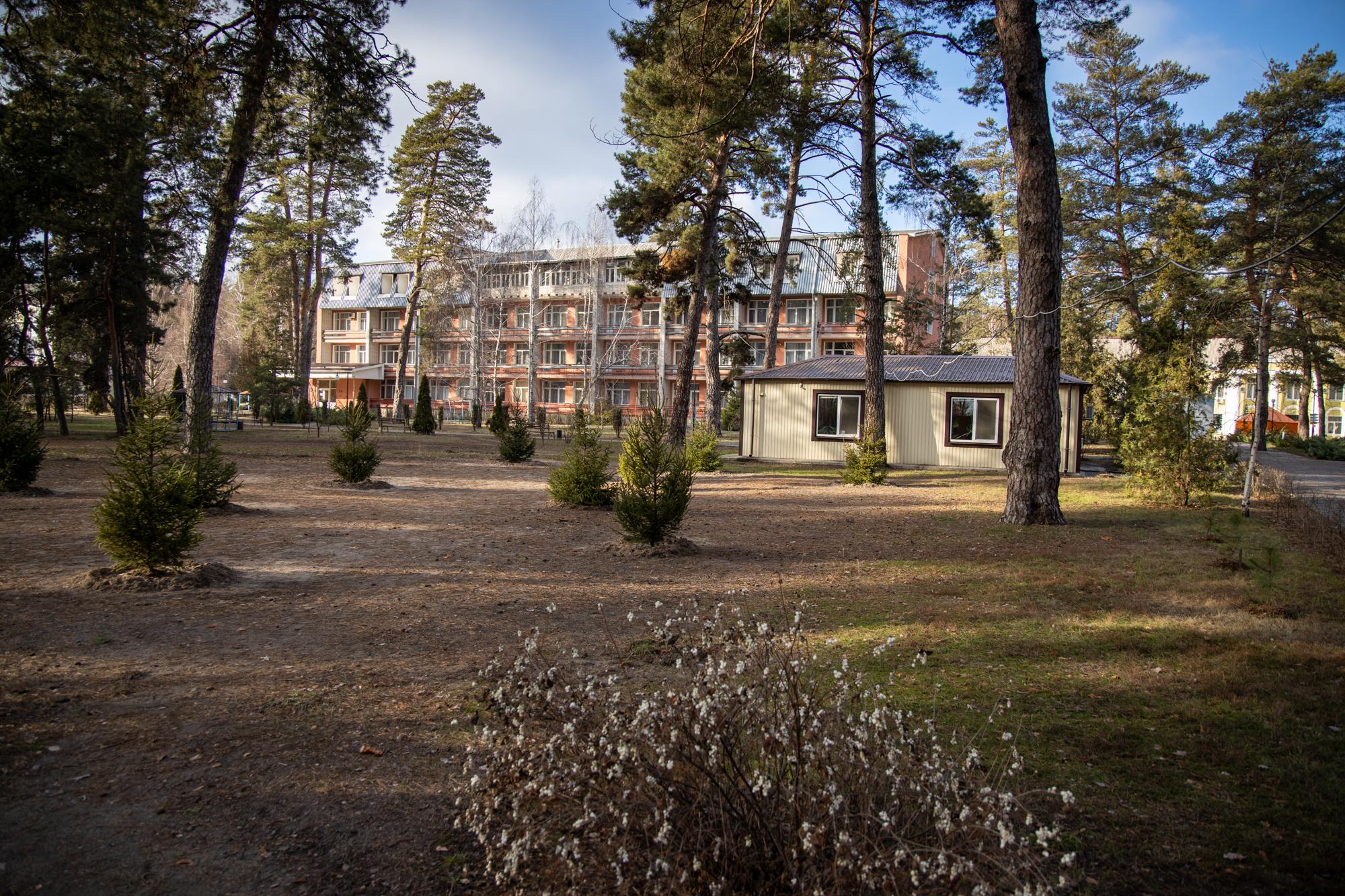 Санаторій розташований у центрі Самарського лісу