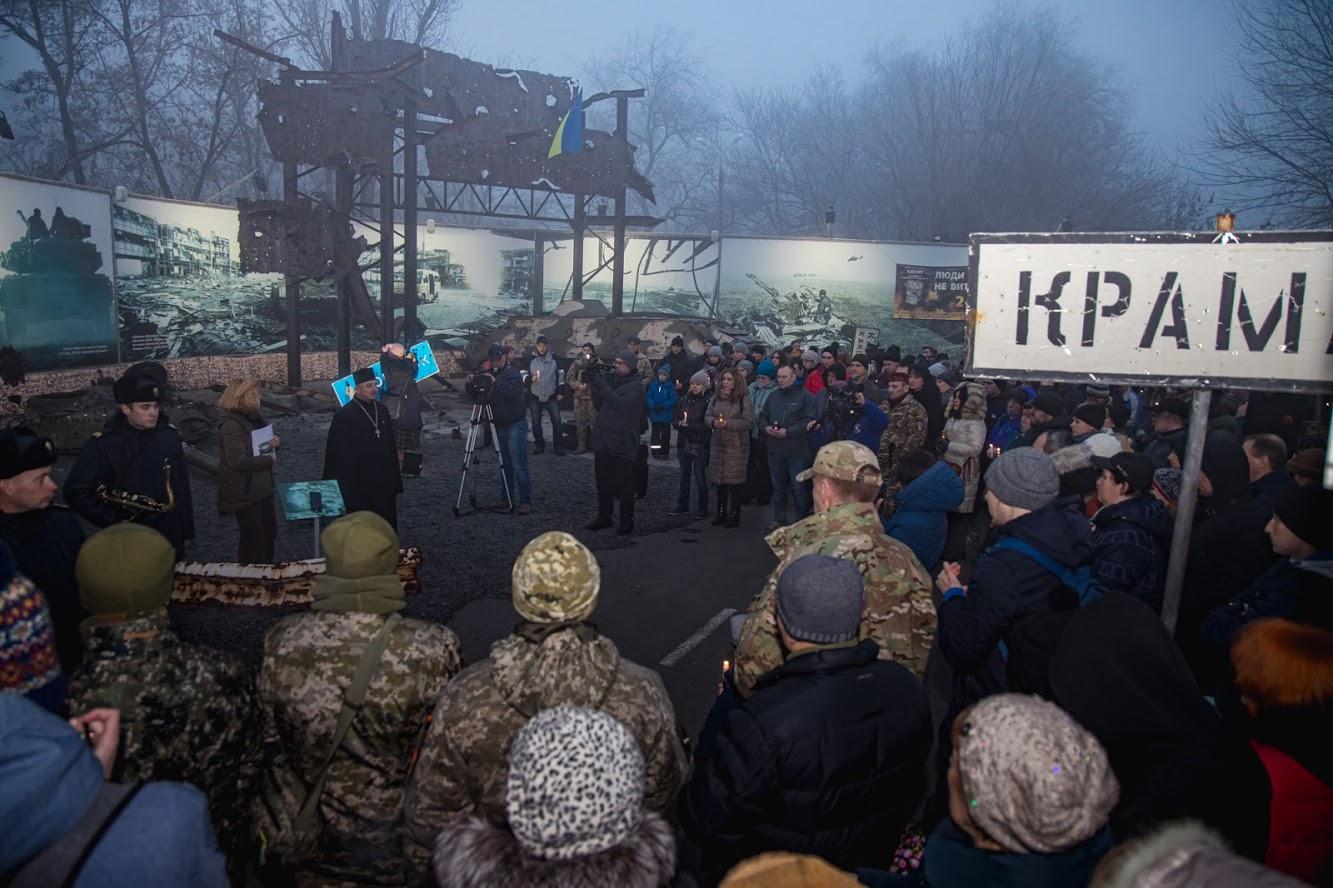 На вечір пам'яті зібралися військовослужбовці, ветерани, волонтери, студентська молодь і просто небайдужі мешканці області