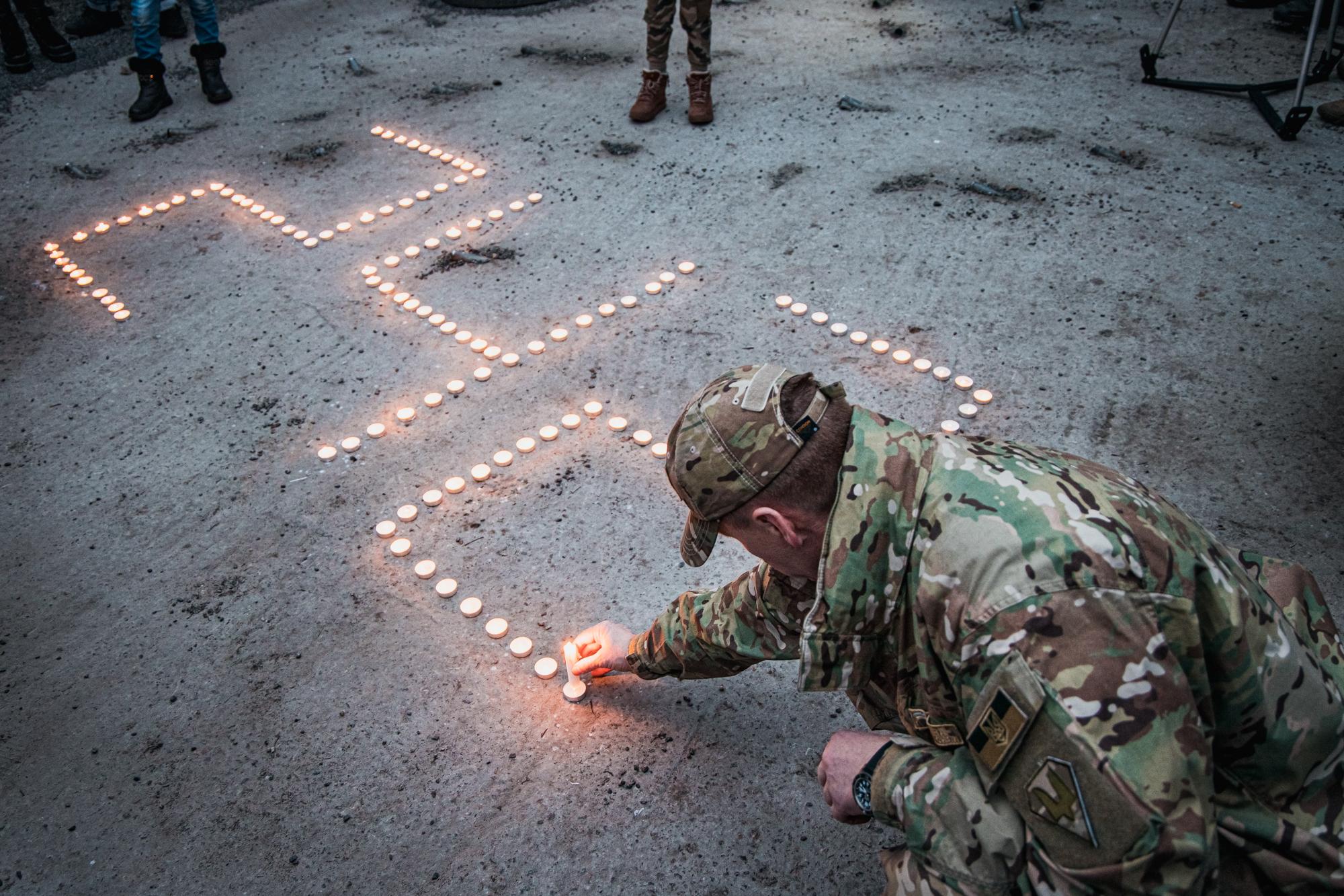 На честь загиблих героїв зі свічок виклали число 242 – саме стільки днів тривала оборона Донецького аеропорту
