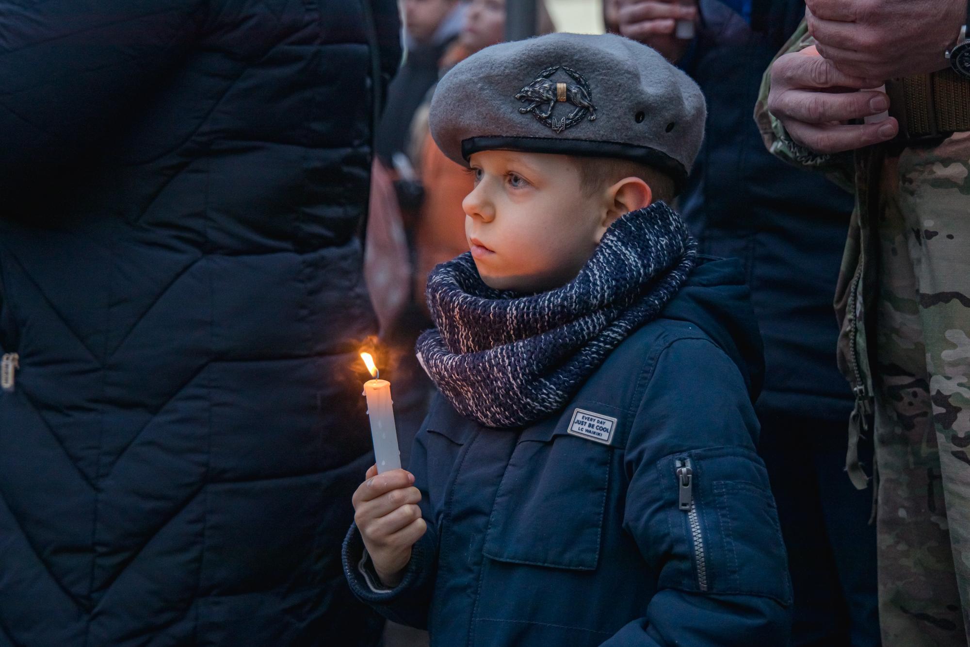 До вшанування бійців долучилися не тільки дорослі, а й діти