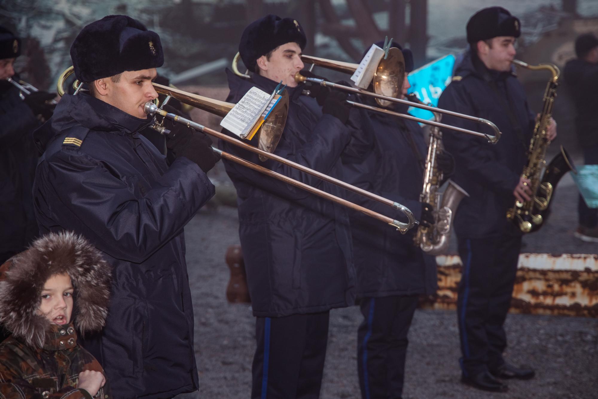 На честь загиблих зіграв військовий оркестр