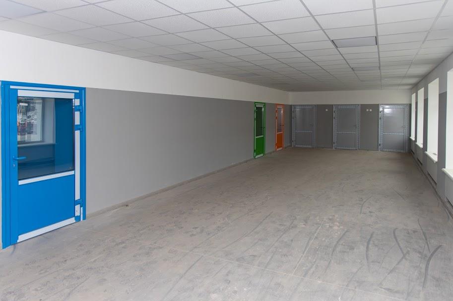 Всередині навчального корпусу – сучасні коридори..