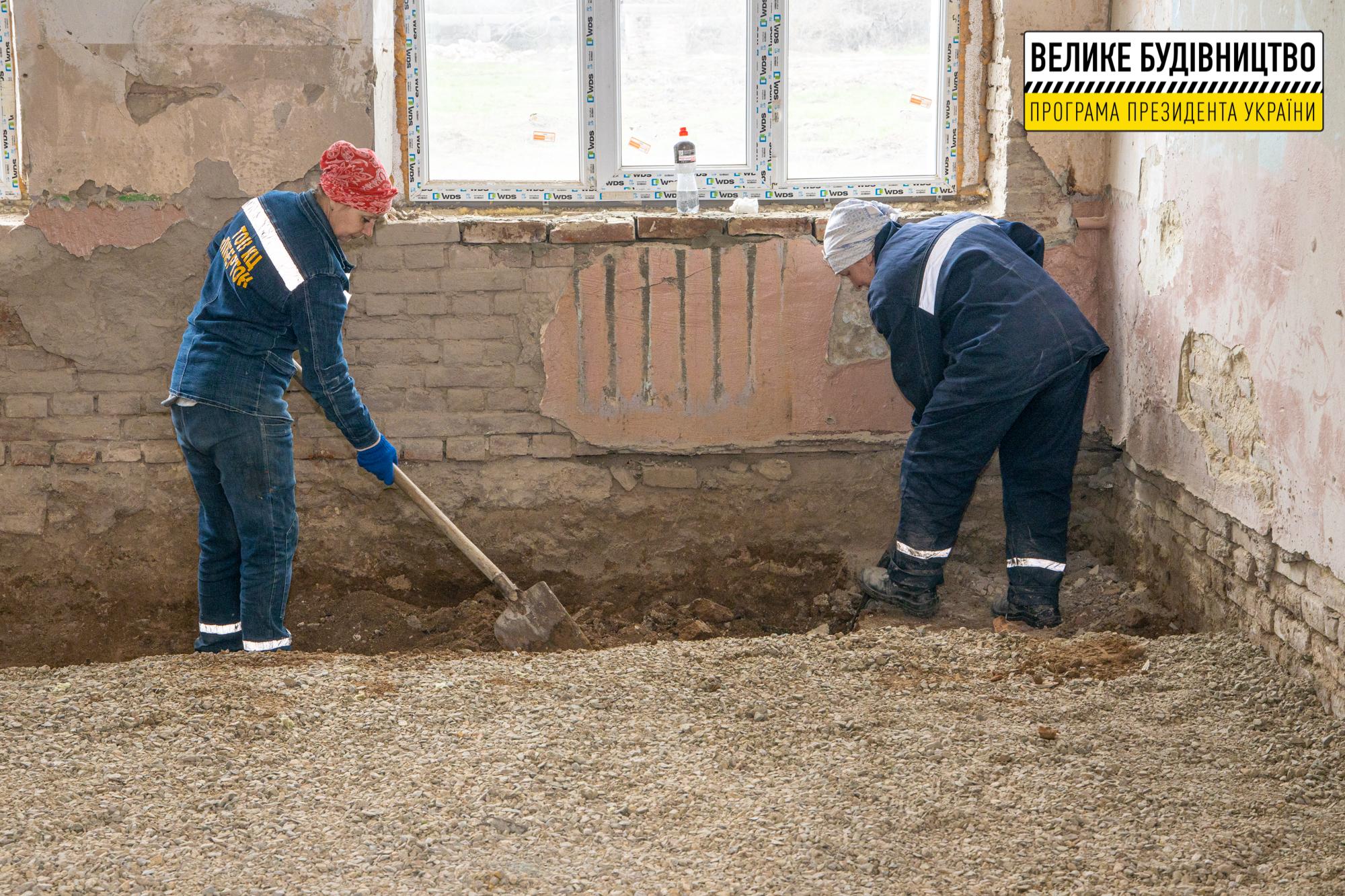Знімають стару підлогу та ветхі перекриття