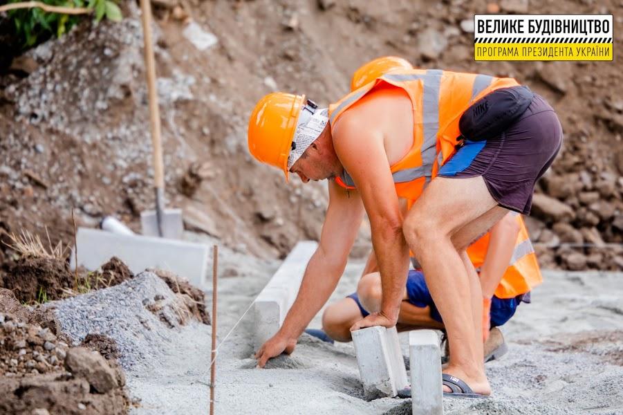 Встановлюють бордюрні камені