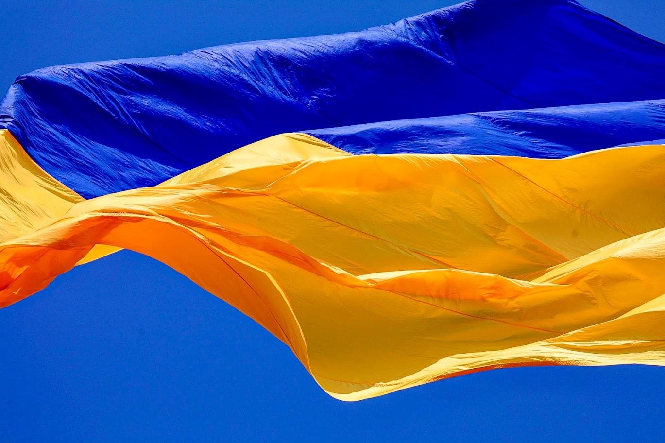 Величезний Державний Прапор добре видно з різних точок міста