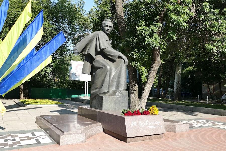 ..до пам'ятника молодому Т.Г. Шевченку