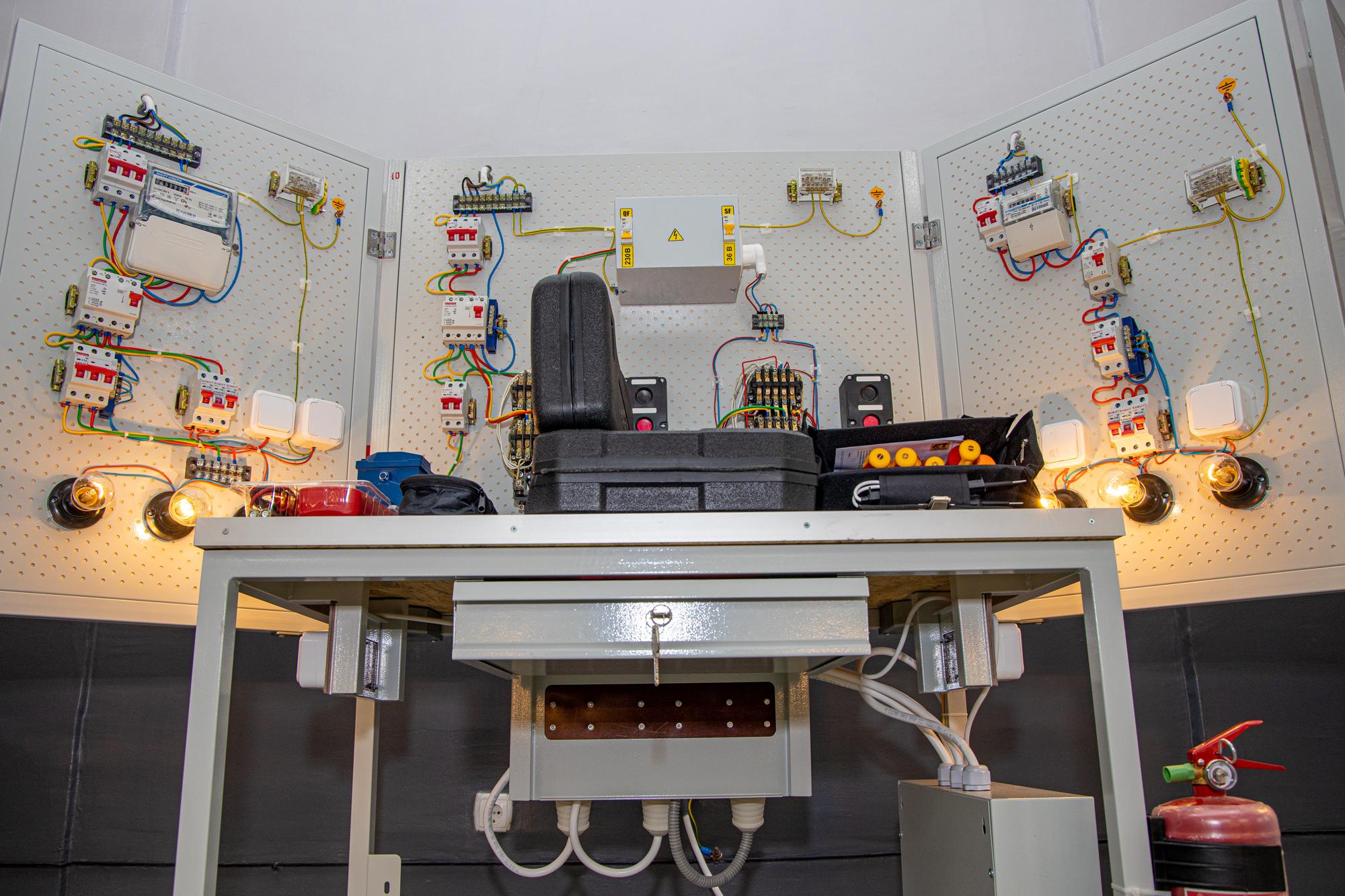 Макети імітують схеми електричного живлення квартири, промислового приміщення, електроприводу двигуна