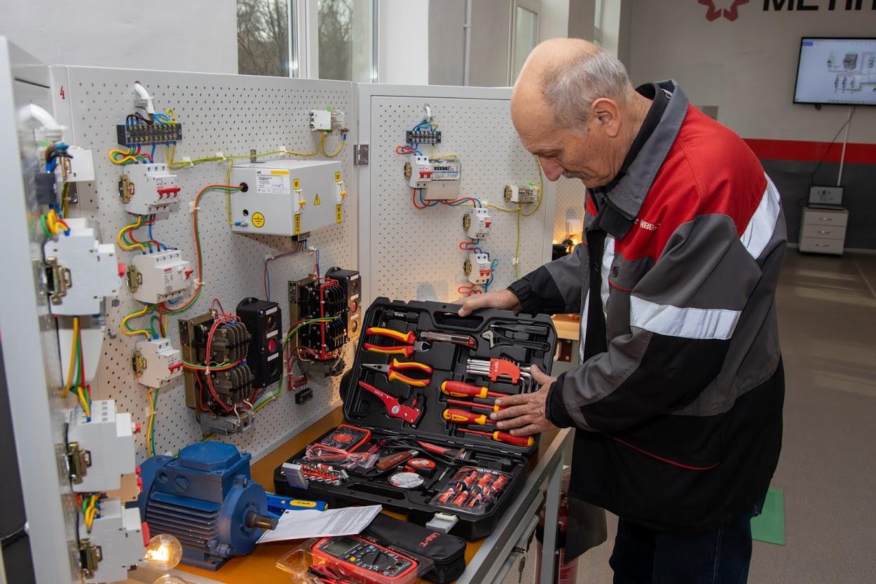«Майбутні електромонтери та електрослюсарі тепер зможуть працювати із сучасним обладнанням», – майстер виробничого навчання Володимир Крицький