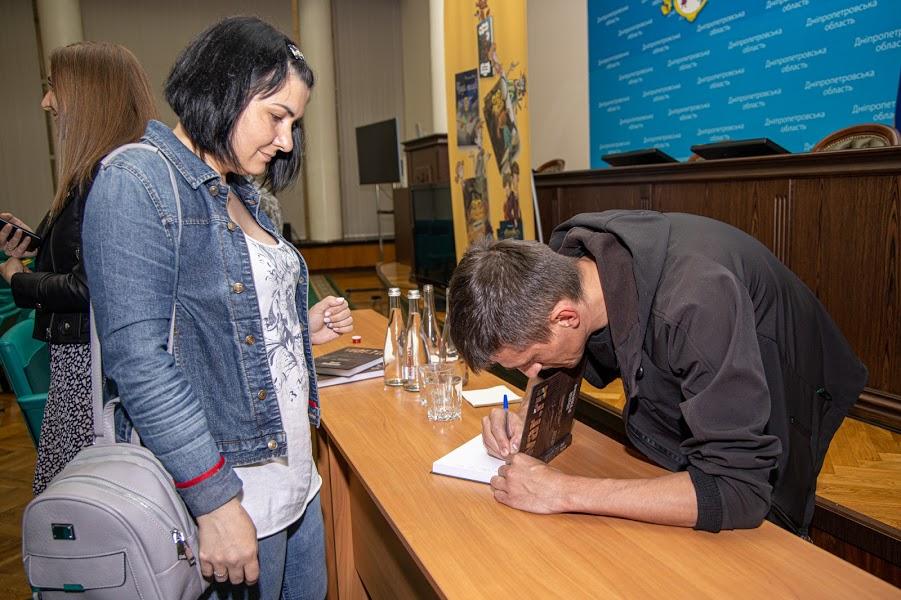 ..взяти автограф,..