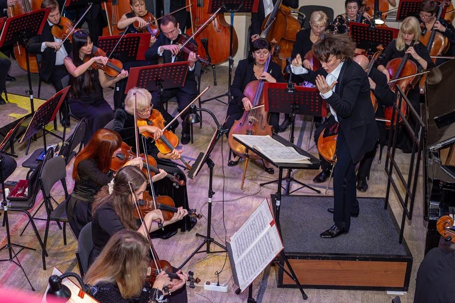 Оркестром вправно керує диригентка Наталія Пономарчук