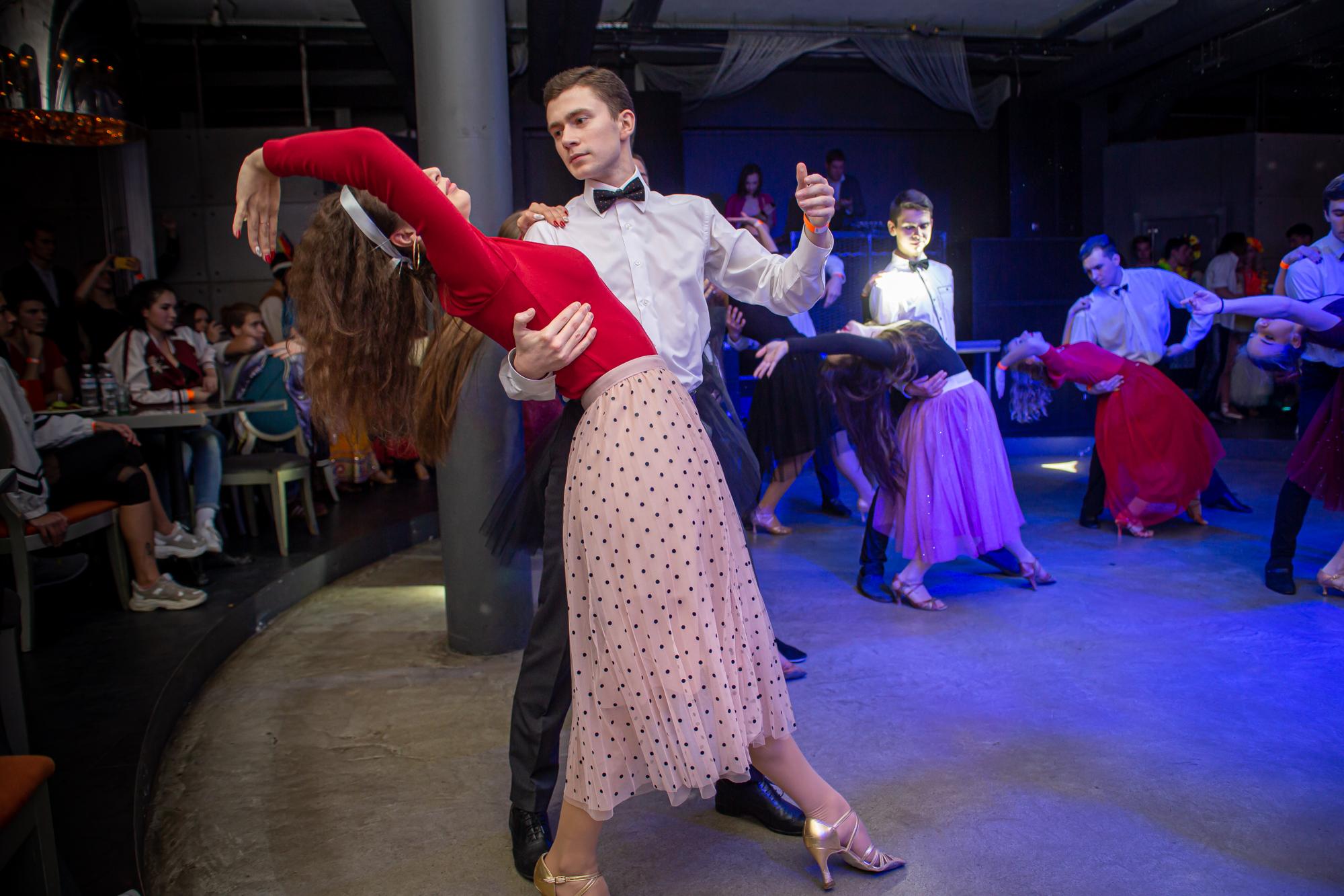 Розпочався бал танцювальною «візитівкою»