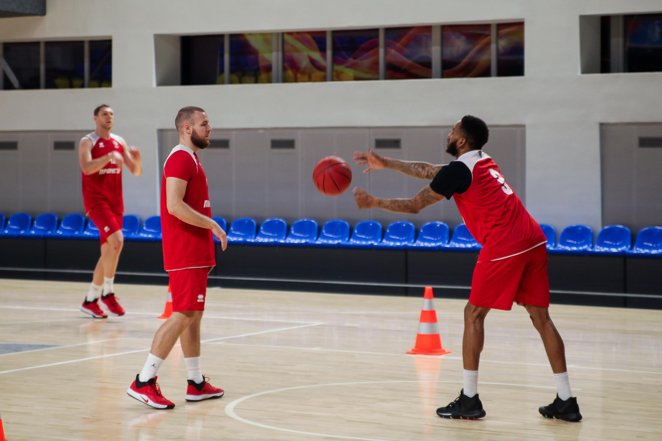 У командах професіоналів грають «зірки» з різних континентів