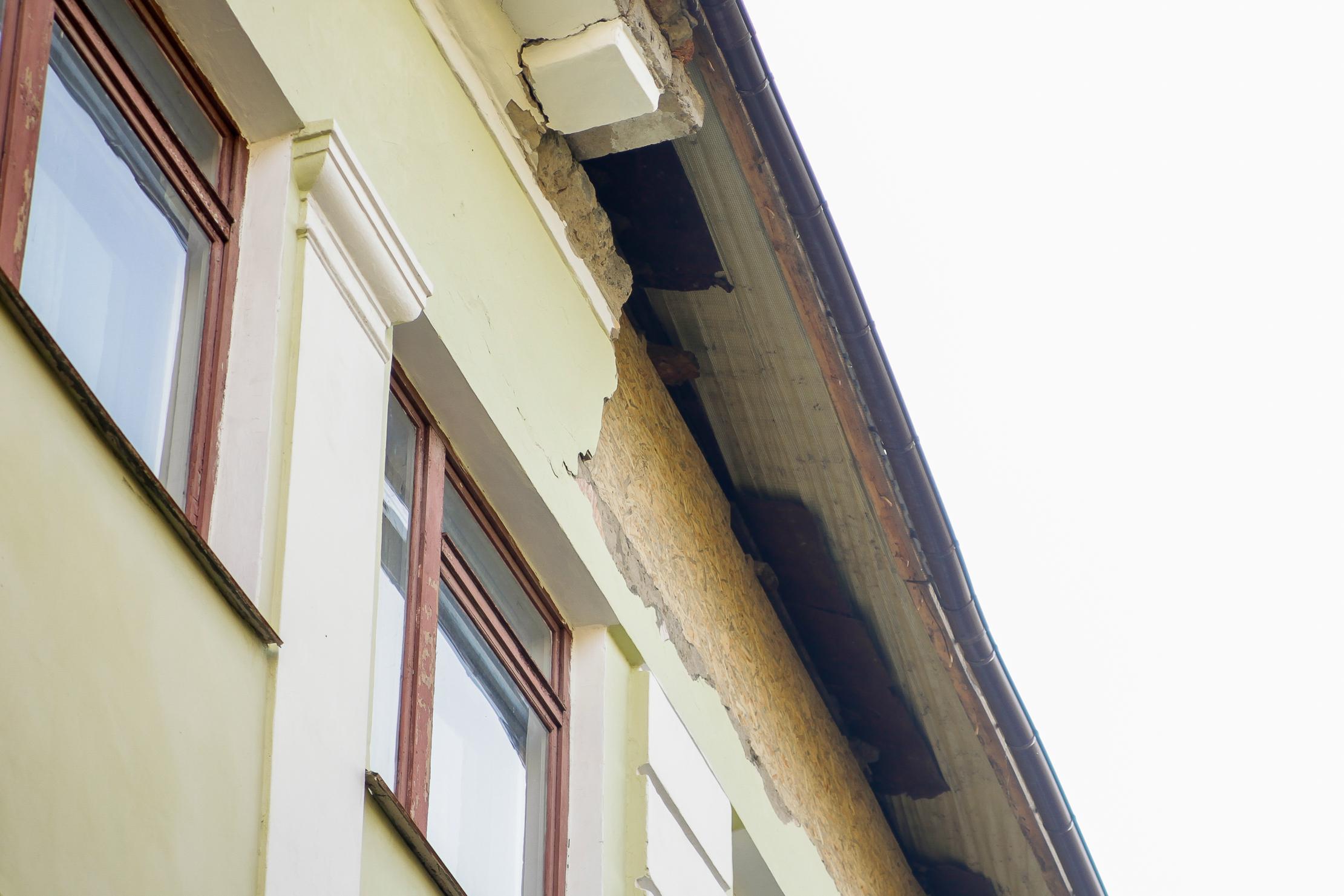 Будівлі руйнуються і ззовні,..