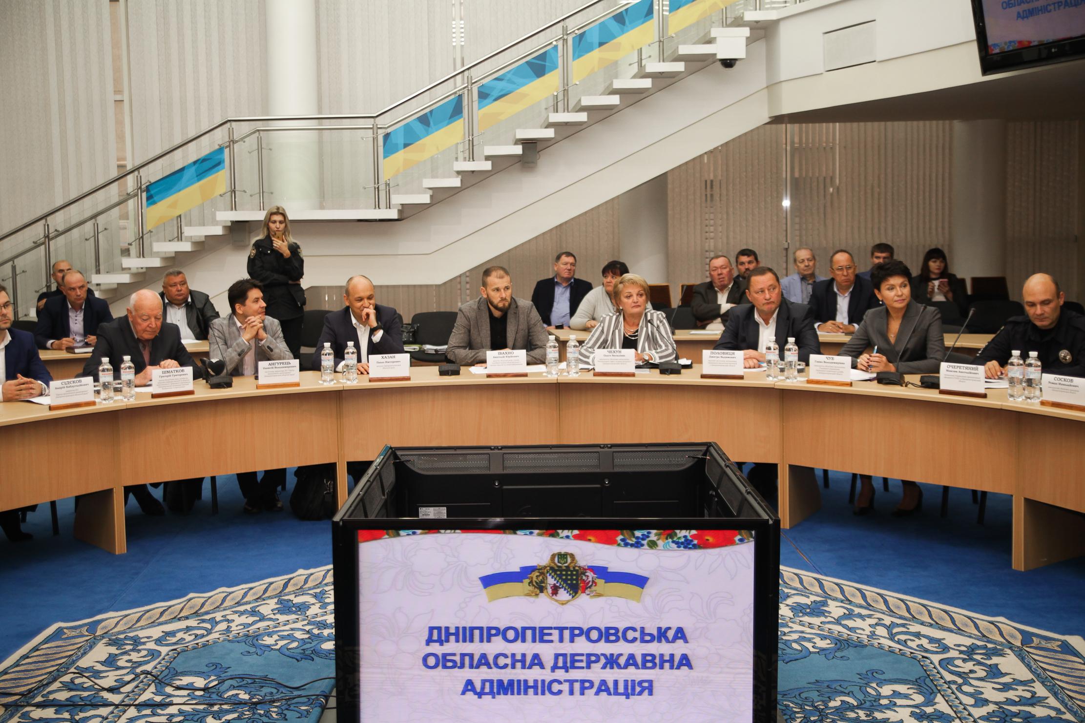 У засіданні взяли участь представники влади,..