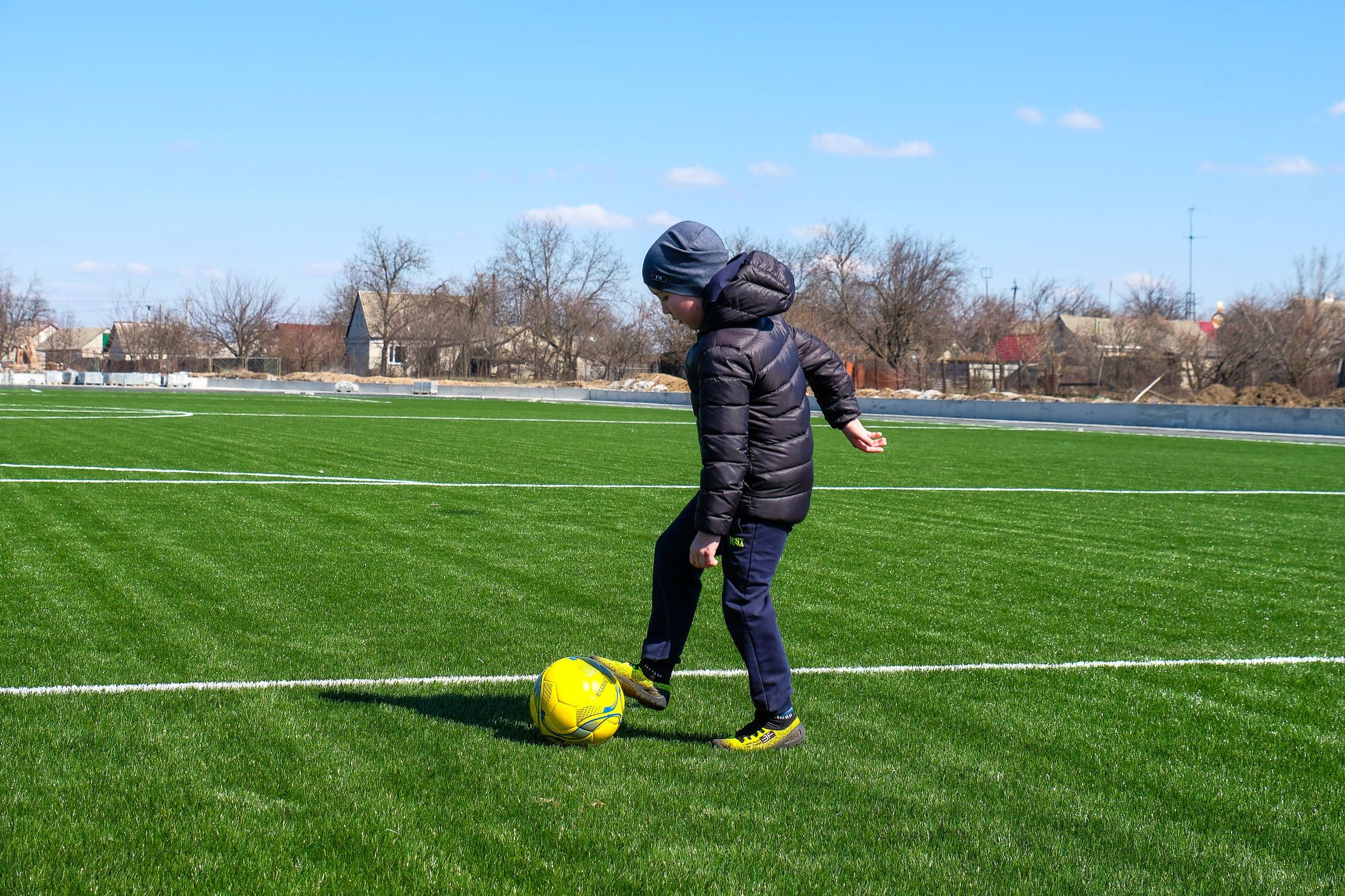У Магдалинівській школі працює секція футболу.