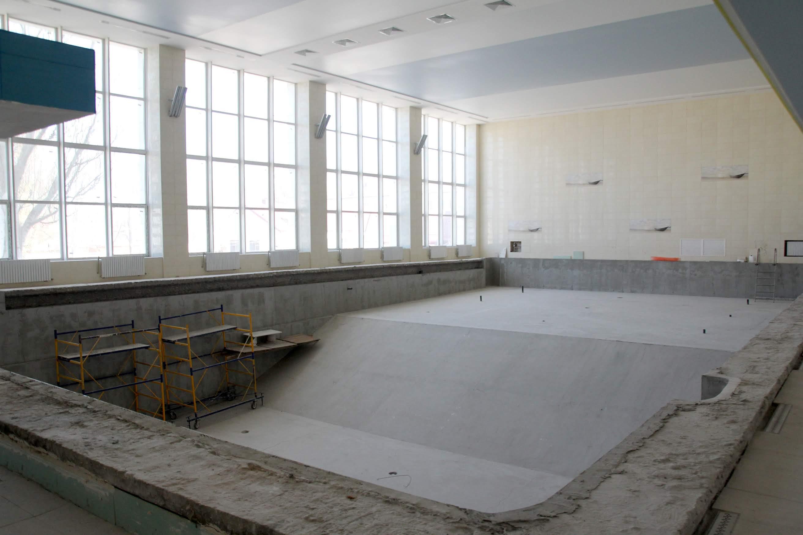 Вхід у басейн – на другому поверсі. Чашу довжиною 25 метрів уже встановили