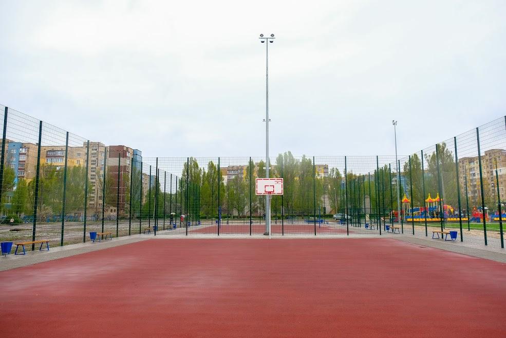На стадіоні облаштували й майданчики для баскетболу та волейболу