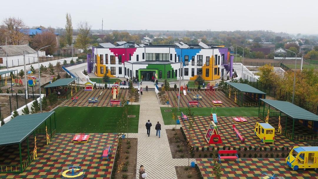 Відкрили збудований «з нуля» садочок у Підгородному. Він – у формі стільників