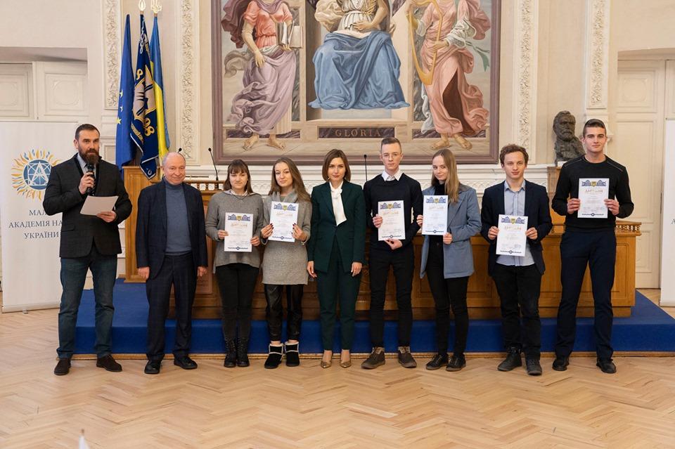 11 юних науковців Дніпропетровщини отримали президентські стипендії