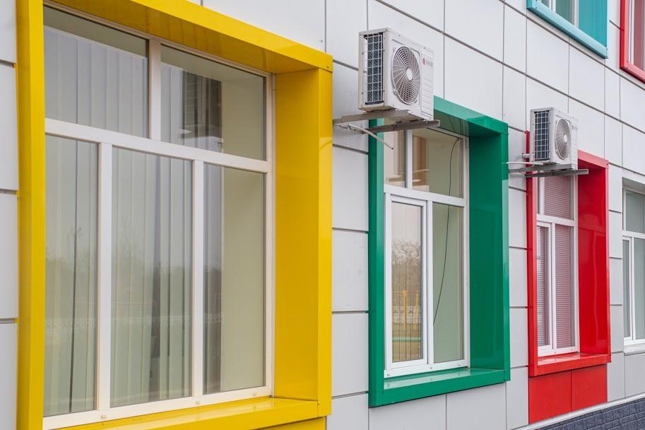 ..барвистим обрамленням навколо вікон,..