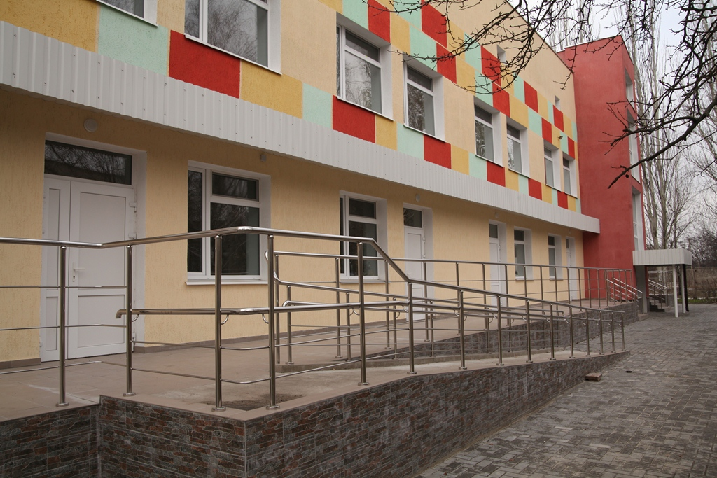 Відремонтована будівля радує око яскравим фасадом