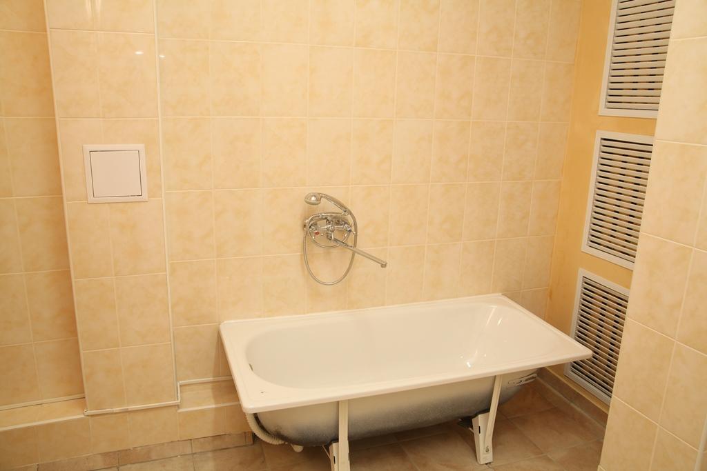У кожній палаті є ванні, душові та туалети