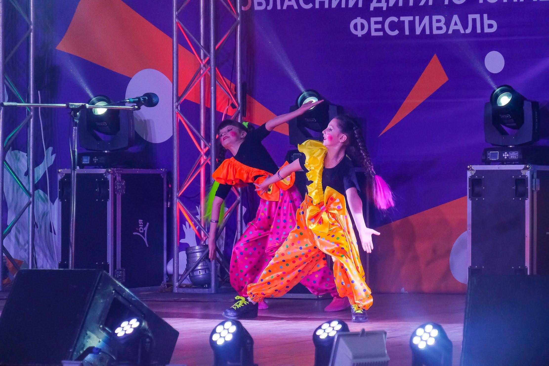 Дует Кіра Рудзик та Евеліна Трофімова представили веселу казку на новий лад.