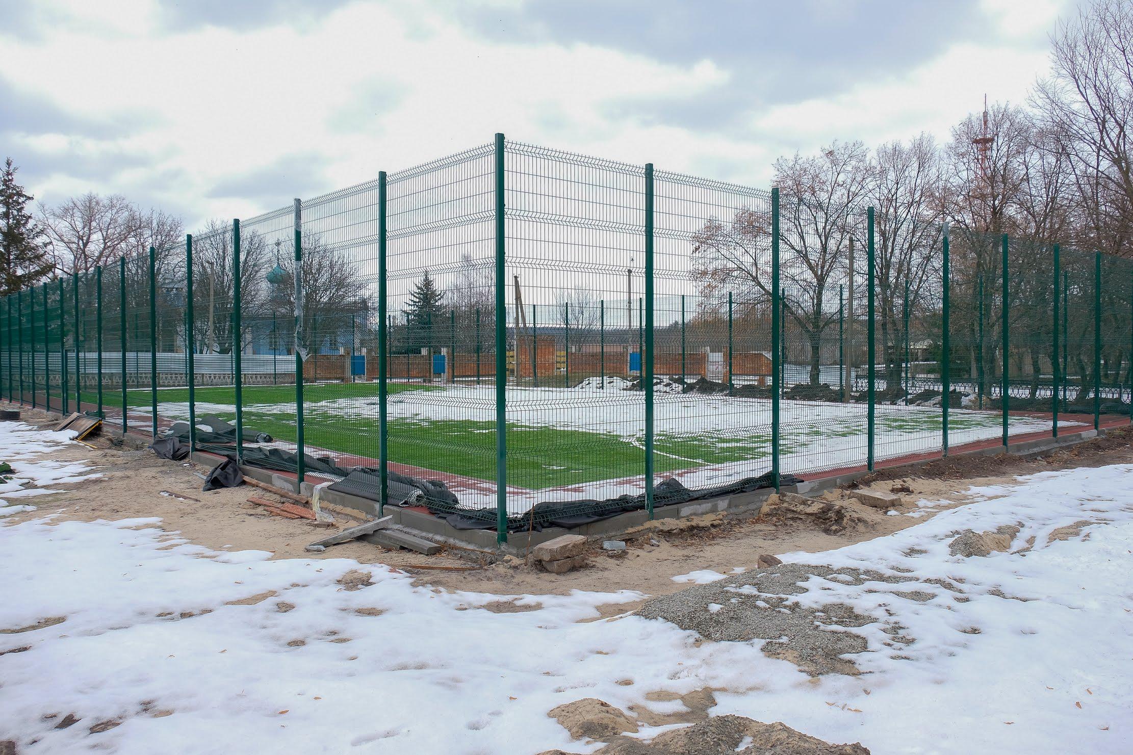 Обабіч школи осучаснюють стадіон.