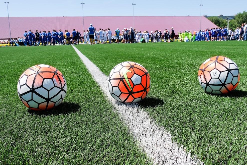 Сучасне футбольне поле із професійним штучним покриттям