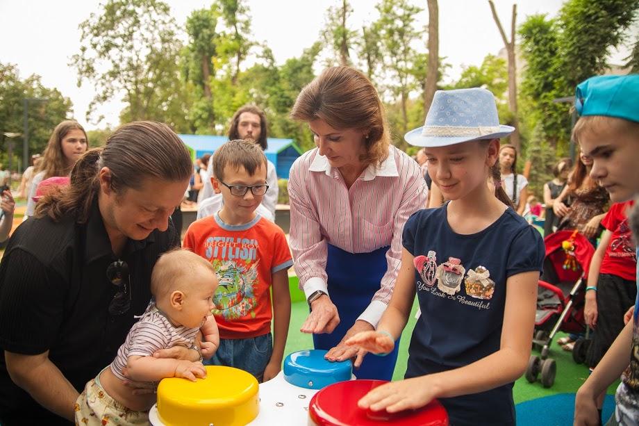«Сьогодні у Дніпрі свято – відкрився перший інклюзивний парк в Україні. На нього з нетерпінням чекали і діти, і батьки. Задумка народилася у грудні 2017 року, коли ми відкривали перший в Україні інклюзивно-ресурсний центр у Солонянській школі №1. Тоді й вирішили створити цікавий, сучасний, доступний, інтерактивний парк рівних можливостей для всіх дітей. Вдячна керівництву області за ініціативність і креатив. Вони втілюють проекти, які покращують життя мешканців регіону. Бачимо результат і вдячність людей. Цей парк стане улюбленим місцем відпочинку багатьох дітей», – зазначила Марина Порошенко.