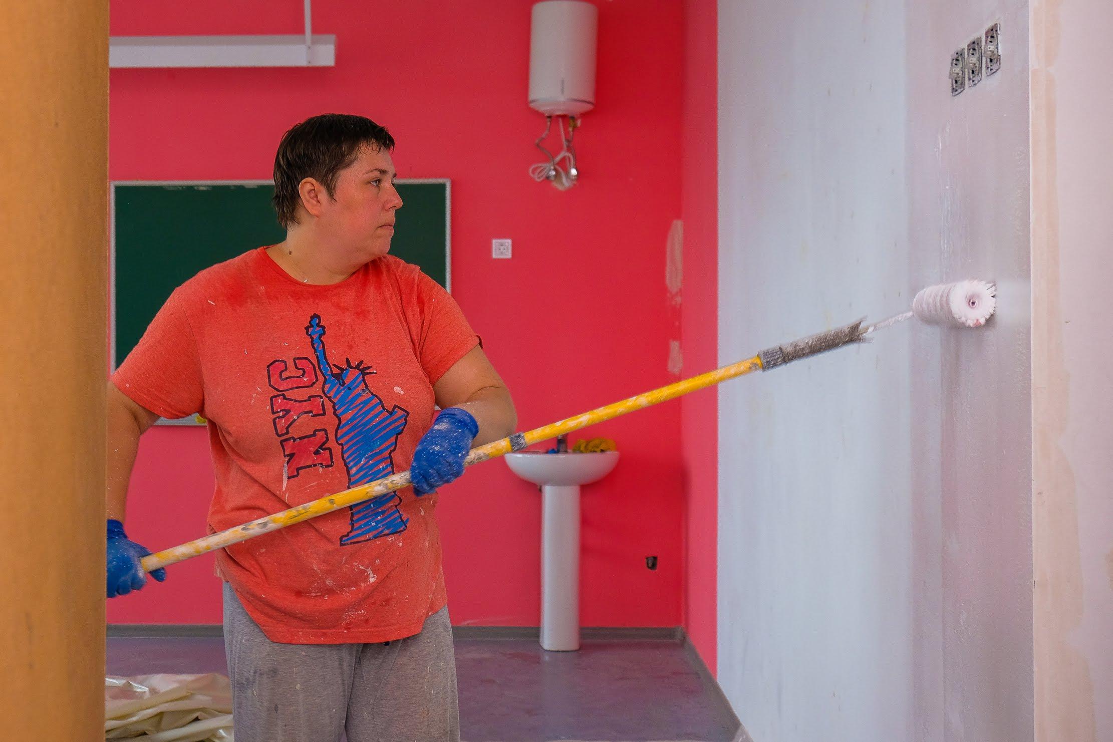Фарбують стіни…