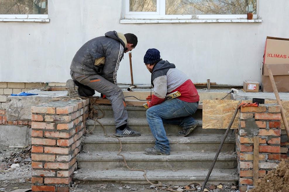 Ремонтники облаштовують ґанки