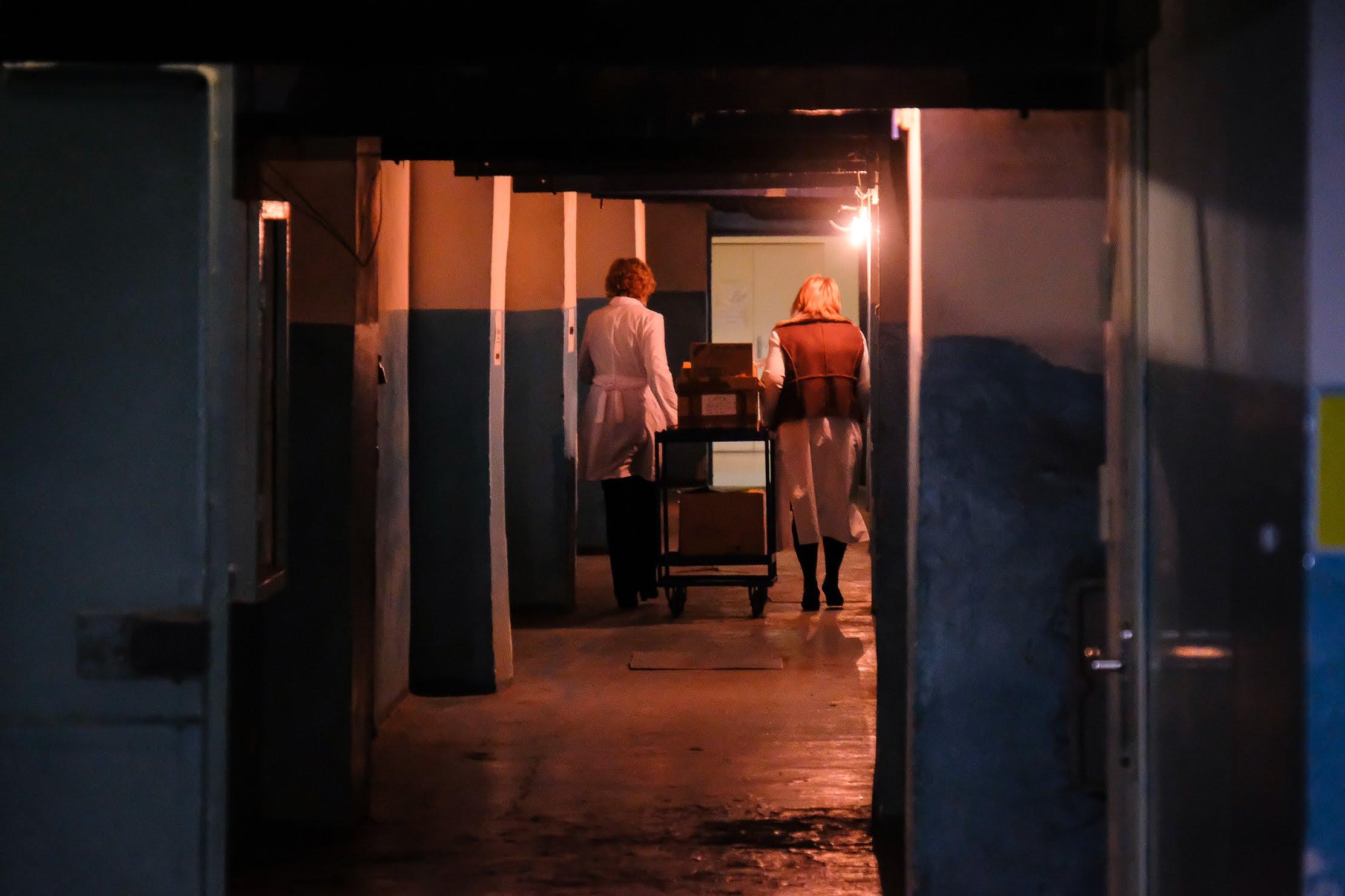 Нині пацієнтам та персоналу доводиться переміщуватися підвальним приміщенням