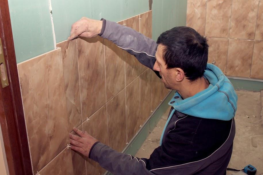 Укладають кахлі у душових