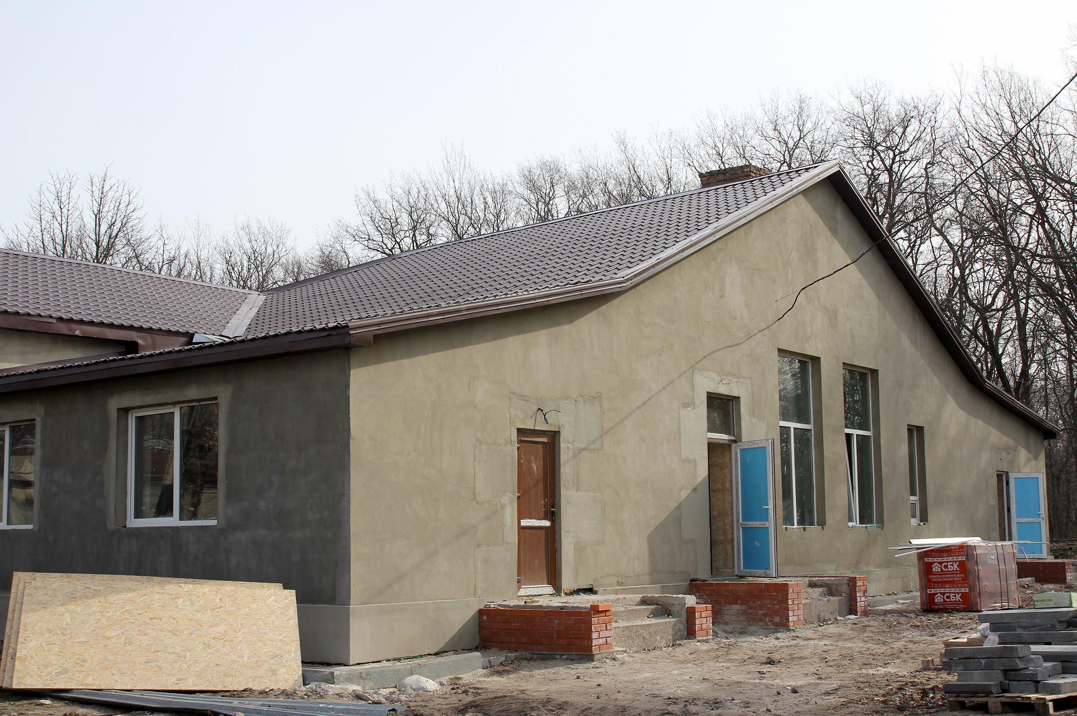 Будівлі – утеплені, з новими вікнами та покрівлею