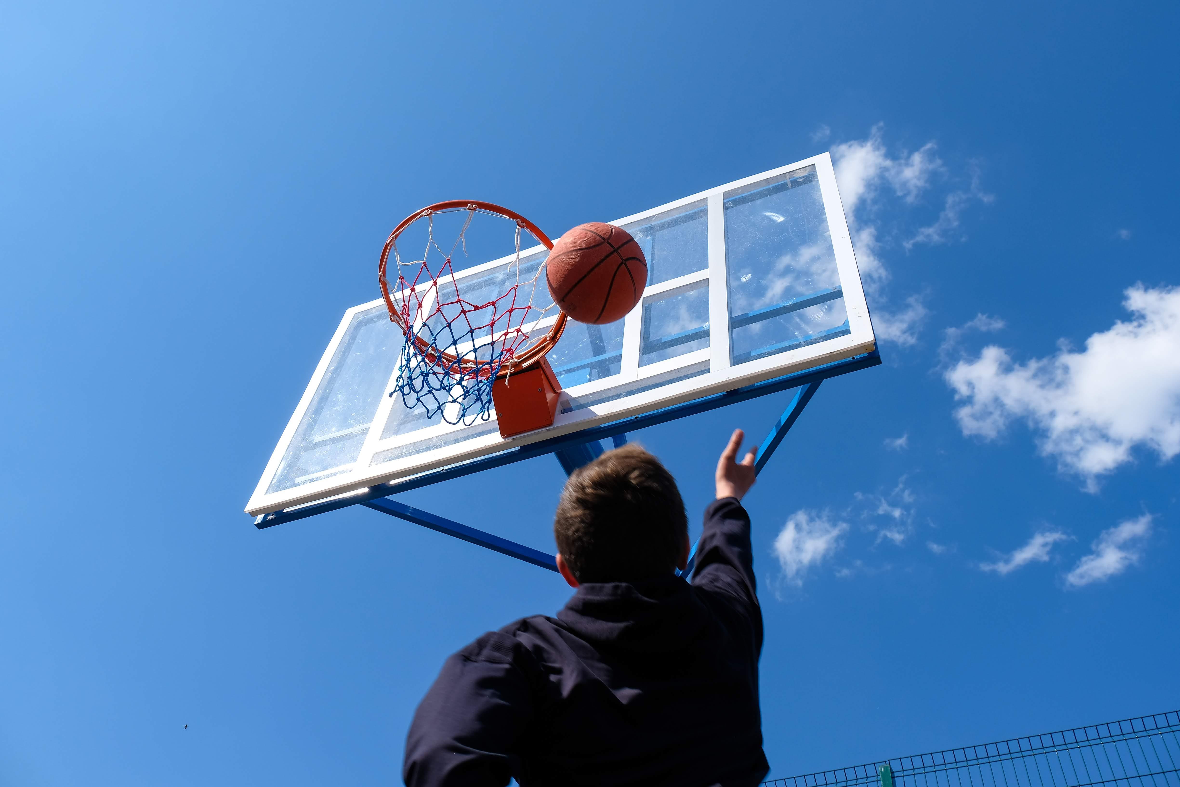 …баскетбольний майданчик…