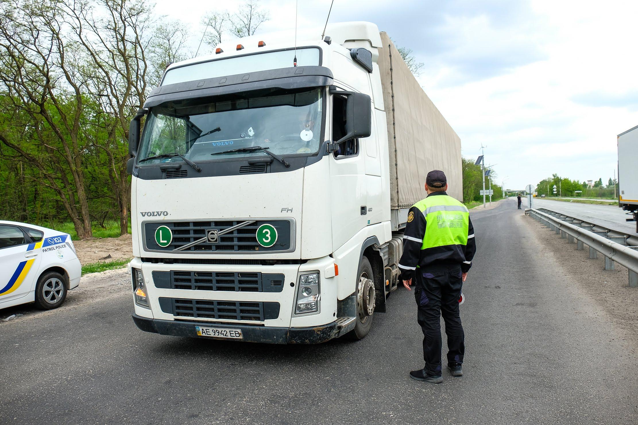 Вантажівки перевіряють на трасах Дніпро-Кривий Ріг та Дніпро-Решетилівка