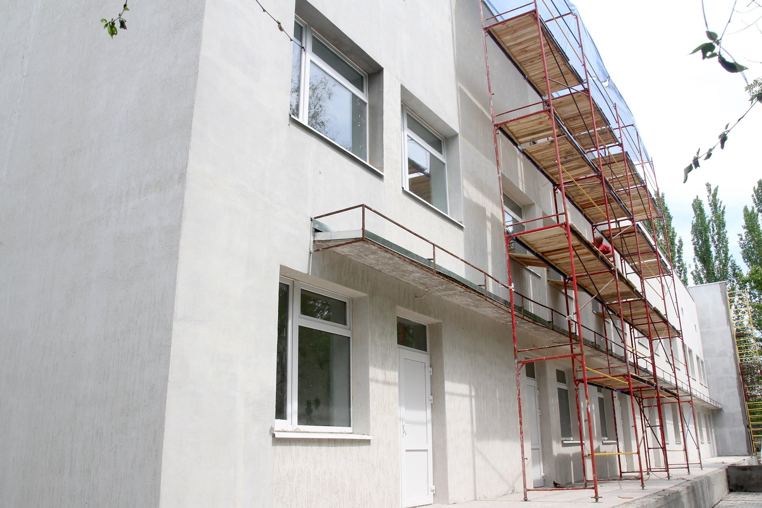 Поки тривають ремонтні роботи, дітей лікують у Нікопольській районній лікарні, дорослих – у Томаківській.