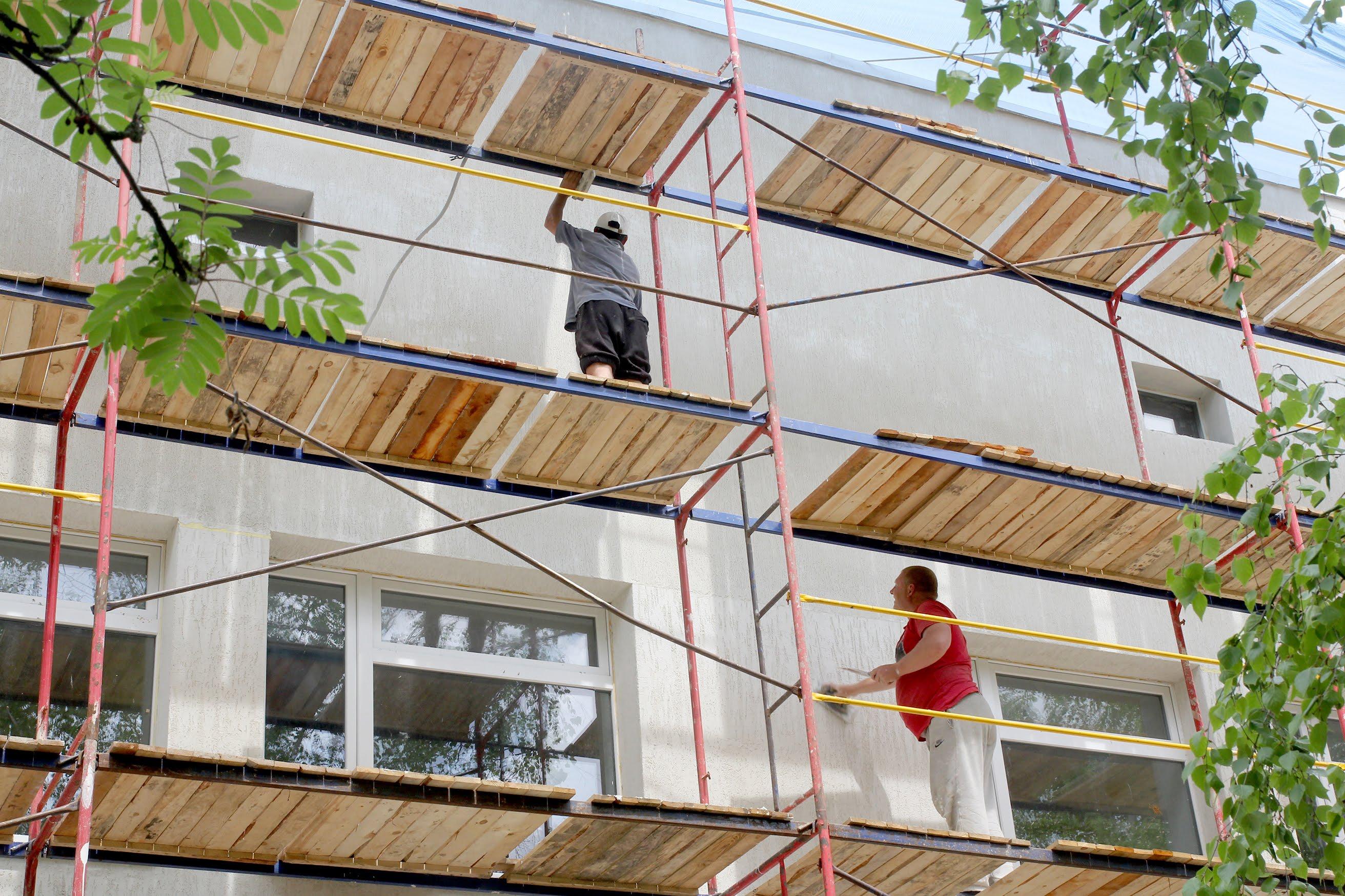 Дофарбовують фасад.