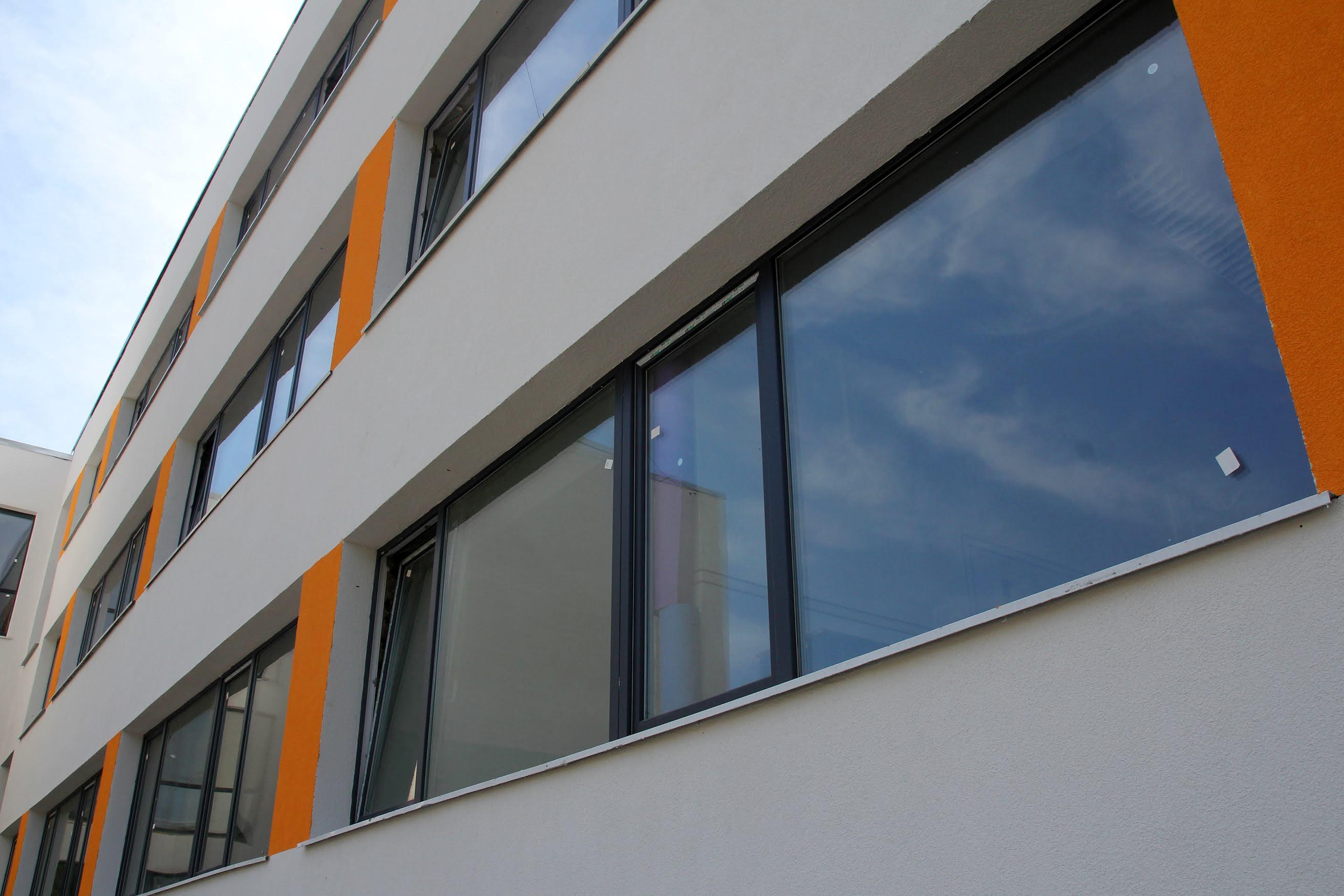 Замінили майже 150 вікон, провели гідроізоляцію цоколя, утеплили фасад.