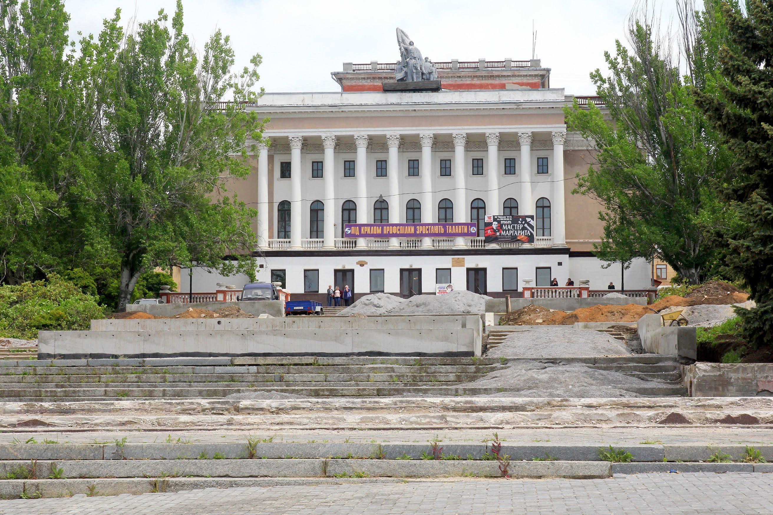 Площа Гірницької Слави примикає до Будинку культури Марганецького гірничо-збагачувального комбінату.