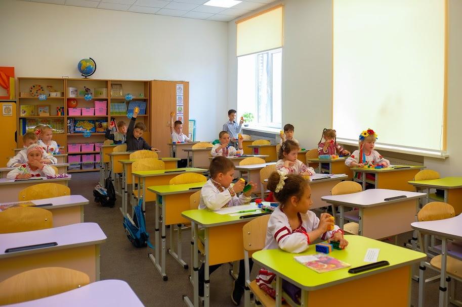 ..а найменші учні навчаються в яскравих класах,..