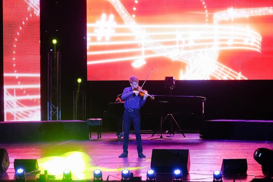 ..підхопив скрипаль із Покровського району Тимофій Мицик