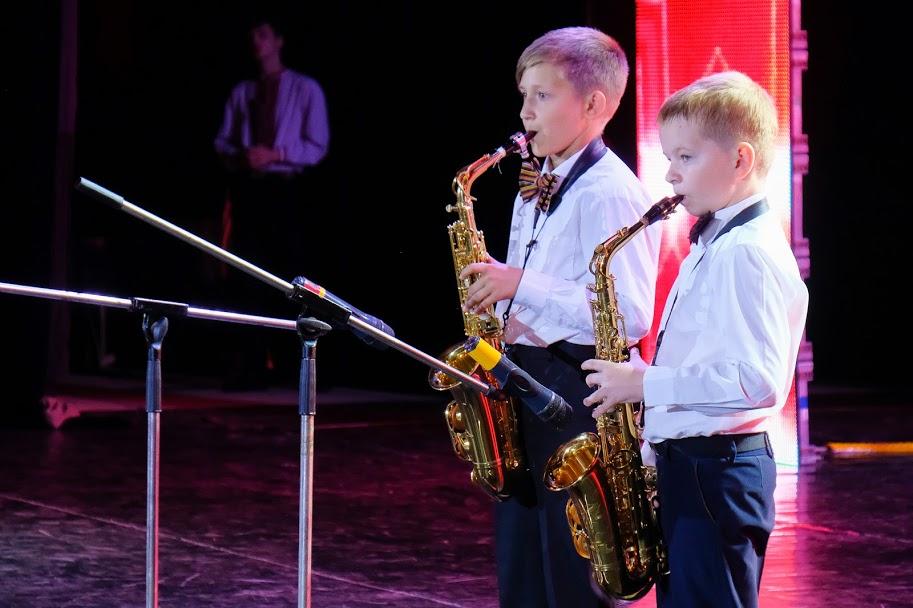На сцені – переможці в інструментальному жанрі Юрій Прогоний та Родіон Шкваря з Павлограда