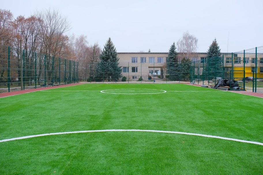 На шкільному подвір'ї для учнів створюють сучасну спортивну базу