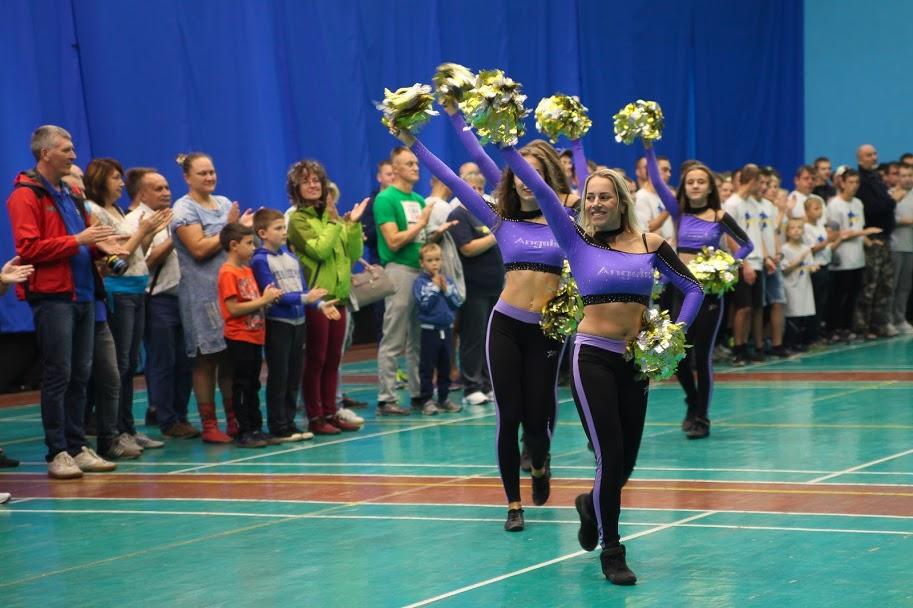 Черлідери підтримали учасників запальним танцем