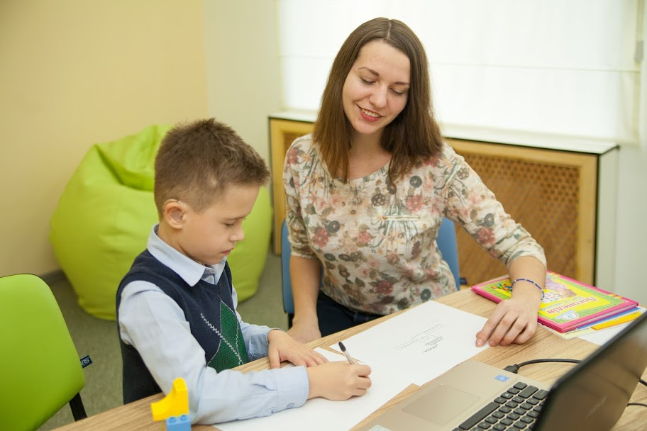 У ресурсних кімнатах діти займаються із корекційним педагогом,..