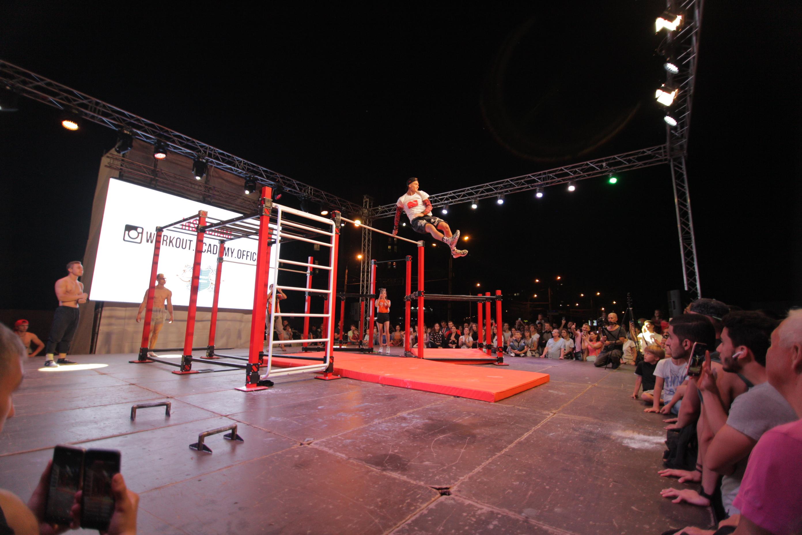 Шоу подивилося декілька тисяч глядачів